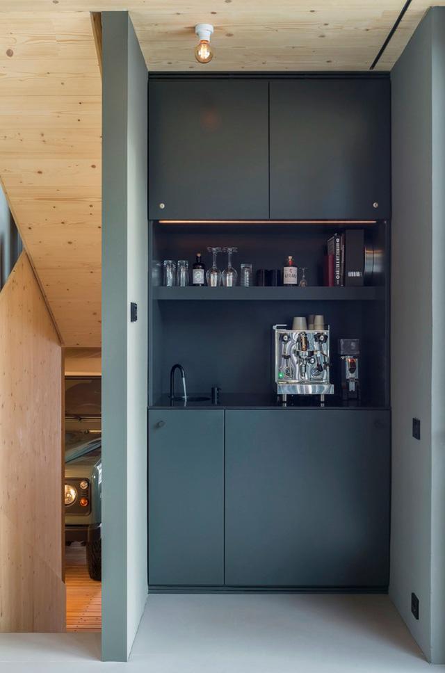 Quầy bar và khu đồ uống âm tường, vừa đủ để mang đến cho chủ nhà gọn gàng nhưng vẫn đảm bảo sự tiện nghi.