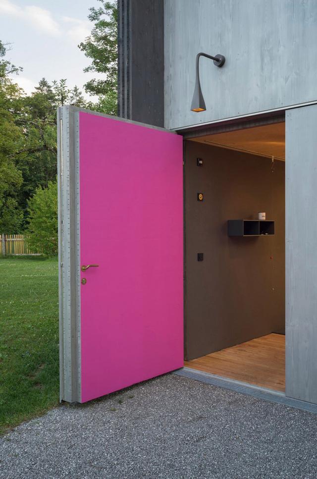 Đáng nhắc đến ở đây là khu phòng tắm với cánh cửa hồng vô cùng hút mắt. Khu tắm rửa này có thể tiếp cận từ ngoài và trong nhà.