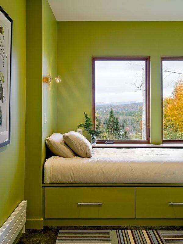 Phòng ngủ không nên kê quá sát cửa sổ kính. Ảnh minh họa.
