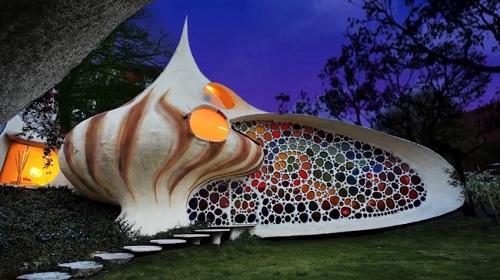Tọa lạc tại Mexico, ngôi nhà mang hình dáng vỏ ốc độc đáo này được thiết kế với bức tường phản quang 7 sắc cầu vồng tuyệt đẹp.