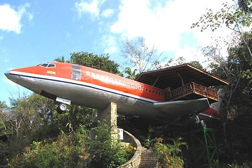Nhìn xa bạn sẽ nghĩ rằng đây là một chiếc máy bay bị bỏ không. Nhưng thực chất, đây là một...ngôi nhà đấy!