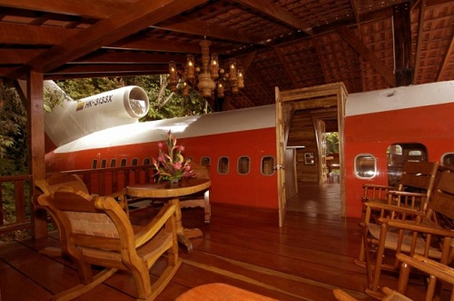 Kiến trúc sư Joanne Ussery đã mua lại chiếc máy bay Boeing 727 bỏ đi này để biến thành căn nhà mang hình dạng máy bay độc đáo nhất từng có.