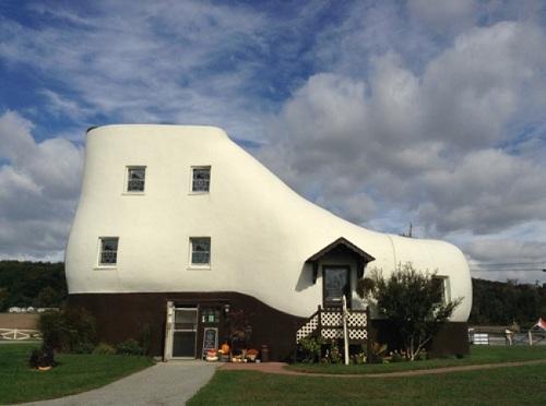 Không biết nhà thiết kế nào đã có ý tưởng thú vị xây nhà trông như chiếc giày khổng lồ này?