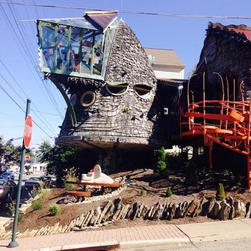 Kiến trúc sư Terry Brown cùng 35 học sinh của anh đã dành nhiều năm để biến một căn nhà bình thường thành căn nhà có hình cây nấm độc đáo thế này.