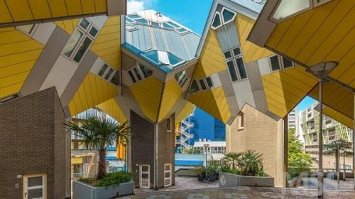 Đây là căn nhà gồm 3 tầng với các phòng hình kim tự tháp được thiết kế bởi Kiến trúc sư người Hà Lan Pier Blom.