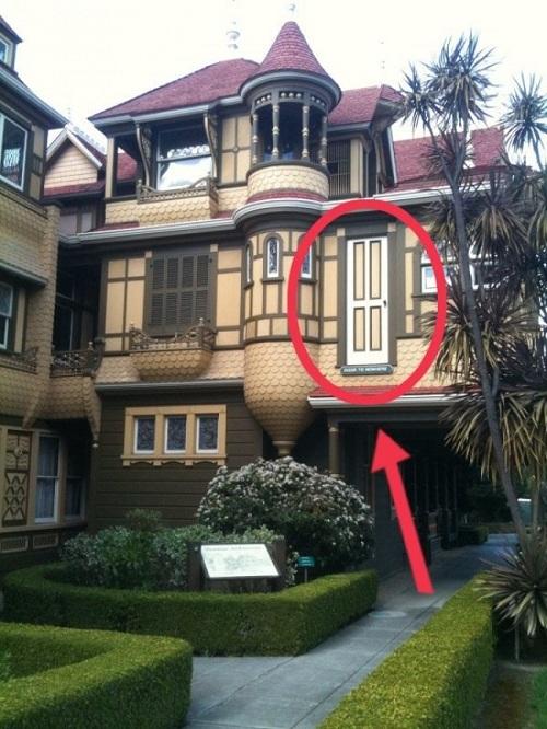 Thoạt nhìn, ngôi nhà này có vẻ không có gì đặc biệt. Nhưng hãy tập trung ký vào kiến trúc nhà, bạn sẽ thấy nhà có rất nhiều cửa, và chiếc cửa ra vào không đưa bạn vào nhà đâu, nó sẽ dẫn thẳng bạn lên trần nhà.