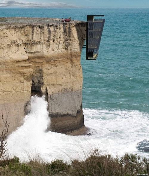 Căn nhà được thiết kế lửng lơ trên vách đá này chắc chắn không dành cho những người yếu tim.