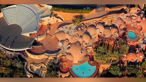 """Ngôi nhà đáng yêu này thuộc sở hữu của nhà thiết kế thời trang Pierre Cardin, gồm có 3 bể bơi lớn, một nhà hát ngoài trời chứa được 500 người. Nhìn xa ngôi nhà này hệt như """"Địa Trung Hải thu nhỏ vậy."""