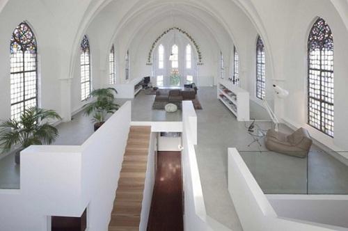 Không ai có thể ngờ được rằng ngôi nhà hai tầng sang trọng này được cải tạo từ một nhà thờ Công giáo cũ tồn tại từ những năm 1870.