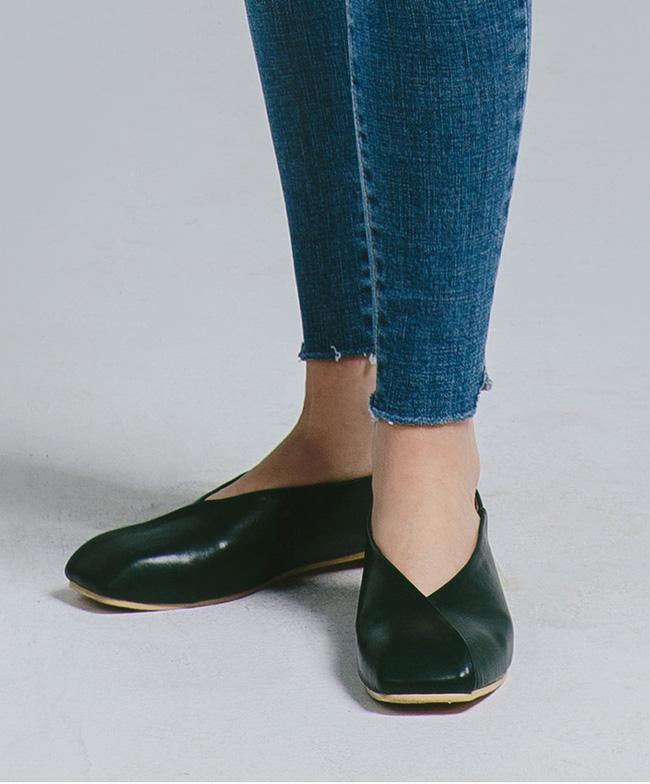 """Điểm danh 11 kiểu giày bệt quen thuộc giúp nàng công sở lựa chọn được thiết kê """"nịnh"""" chân nhất  - Ảnh 14."""