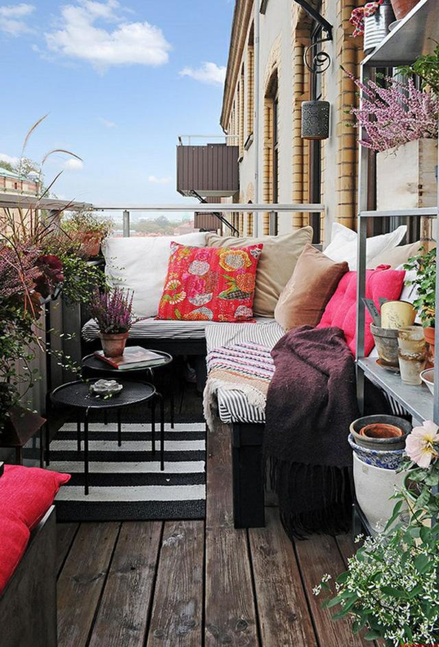 5. Nếu bạn may mắn có một bộ ghế sofa, hãy mang ngay ra chỗ ban công của nhà mình.