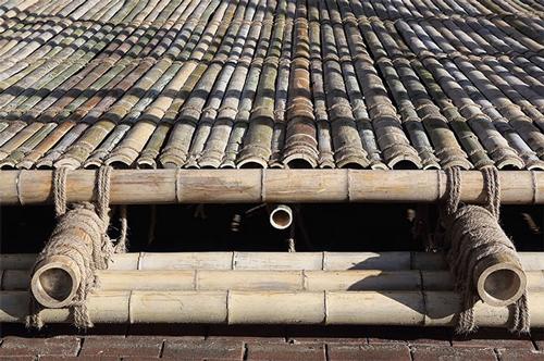 Các lớp tre được xếp chồng và nối lại với nhau bằng dây thừng tạo thành bức tường xen kẽ, dày đặc.