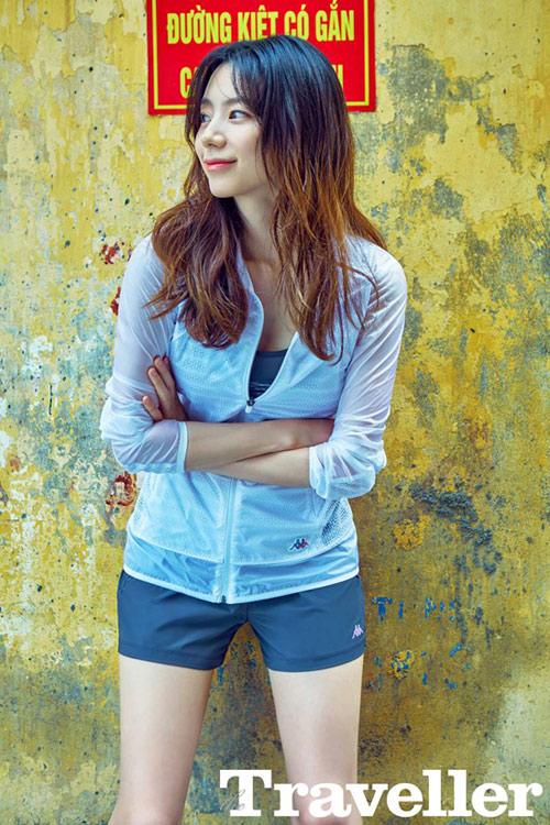 """""""Trốn con, bỏ chồng"""", bà xã Bae Yong Joon sang VN khoe eo thon"""