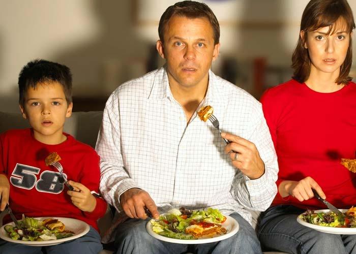 Cứ vừa ăn vừa xem tivi, bạn sẽ 'rước' thêm những bệnh nguy hiểm này cho cơ thể