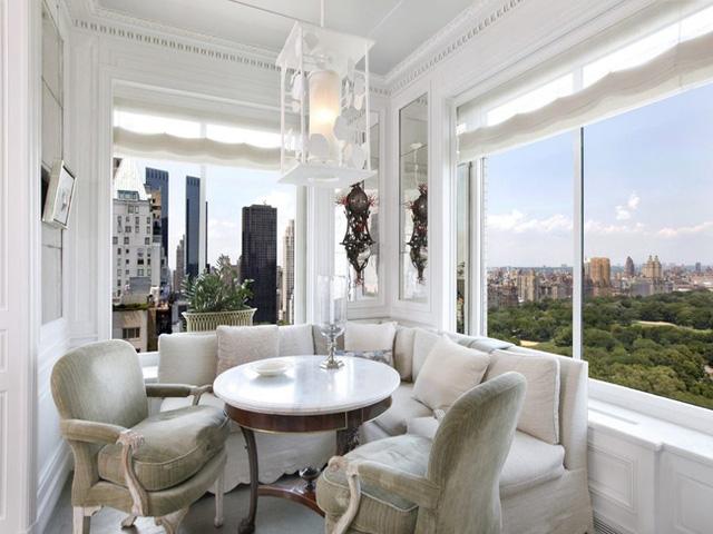 Góc đẹp nhất của ngôi nhà được bố trí 2 cửa kính lớn để có cái nhìn bao quát công viên Trung tâm ngay bên dưới.
