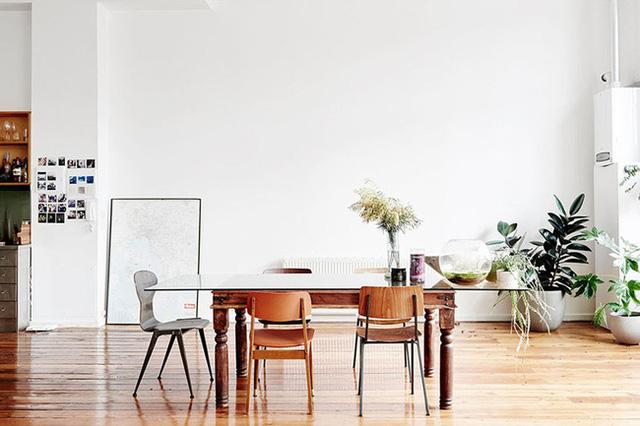 1. Mẫu bàn ăn có sự pha trộn giữa cổ điển và hiện đại, giữa kiểu bàn gỗ được chạm trổ cầu kỳ mang đậm phong cách Á Đông với mặt bàn kính và ghế ăn thanh lịch.