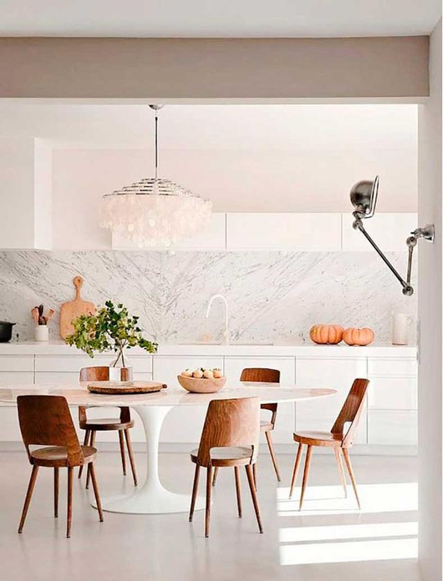 11. Điều cuối cùng bạn cần biết là những chiếc bàn tròn và chất liệu gỗ tự nhiên luôn là lựa chọn tuyệt vời nhất để mang đến một bầu không khí ấm cúng, thắm đượm tình thân bên bữa ăn gia đình.