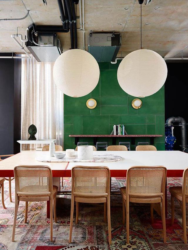 7. Bộ bàn ghế ăn cho những gia đình đông thành viên với lời gợi ý hay ho cho cách đèn trang trí siêu to.