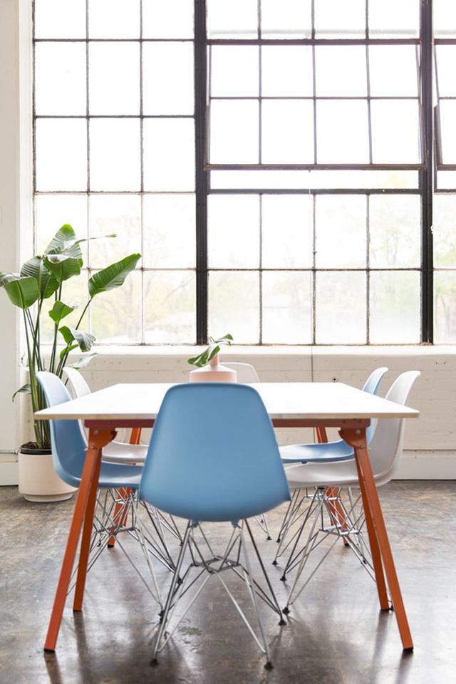 9. Bộ bàn ăn gây thu hút đơn thuần từ cách sắp xếp ghế ăn thú vị của nó.