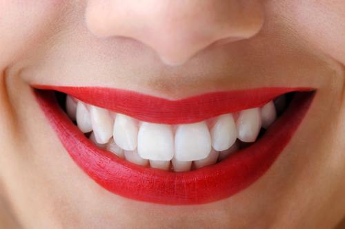 Chải răng với thứ này, răng ố vàng đến đâu cũng trắng sáng hiệu quả sau 2 phút