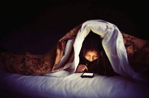 Chị em cứ tiếp tục thức khuya, dùng điện thoại trước khi đi ngủ đi, mụn mọc đầy mặt, cân nặng tăng vù vù chỉ sau vài đêm thì đừng hỏi...