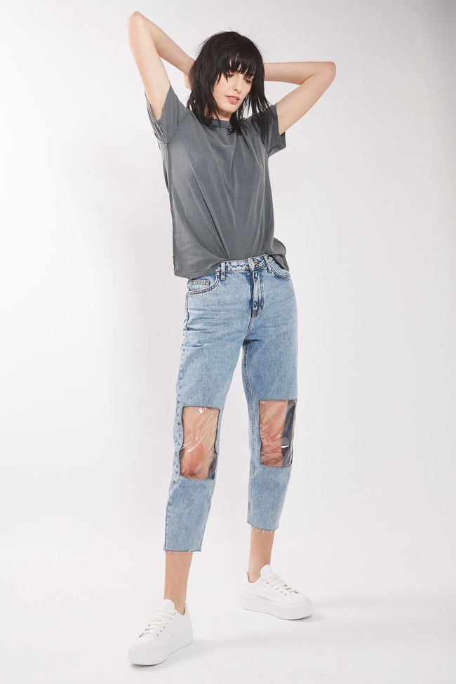Topshop bị chê 'điên rồ' với quần jeans pha plastic 'siêu độc'