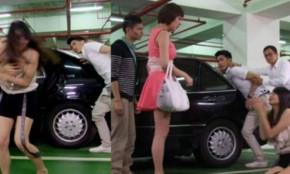 Gặp chồng mua xe hơi cho bồ, vợ chỉ làm việc này khiến cả chồng lẫn bồ phải quỳ sụp xuống lạy lục van xin