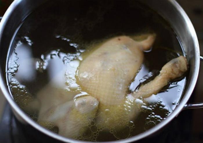 Bày cách luộc gà bằng nồi cơm điện vừa thơm ngọt lại chín đều, da không bị nứt chẳng tốn thời gian