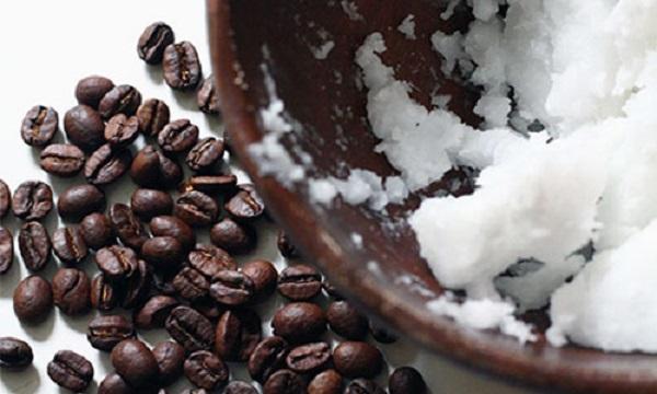 Trộn dầu dừa và bột café cho vào khay đá rồi thoa lên mặt, thật bất ngờ với kết quả sau đó