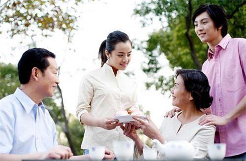 Xin về quê ăn Tết, mẹ chồng nguýt dài 1 câu: 'Lấy chồng là phải ở nhà chồng, Tết nhất lo cho bên nội hoàn tất rồi muốn đi đâu thì đi'