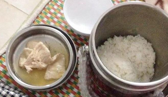 Phàn nàn bữa cơm cữ mẹ chồng nấu vỏn vẹn vài lát thịt lõng bõng nước, nàng dâu trẻ bị mắng tơi bời