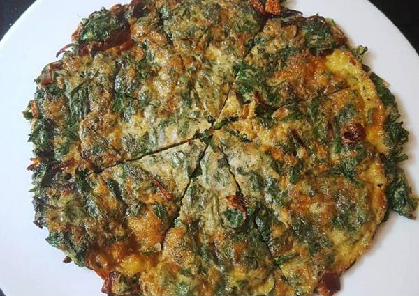 """""""Thơm hết nức"""" với món trứng rán ngải cứu, ăn càng nhiều da không những đẹp xuất sắc mà mụn, sẹo thâm cũng thổi bay bằng sạch ảnh 4"""