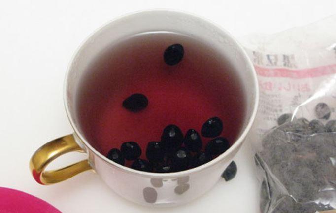 Uống nước đậu đen giúp CHỐNG LÃO HÓA DA VÀ CẢI THIỆN SẮC TỐ DA gấp 10 lần so với những thực phẩm khác