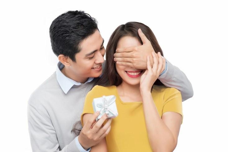 Khoa học chứng minh: Hay tặng quà vợ, đàn ông sẽ mau giàu, may mắn hơn trong làm ăn