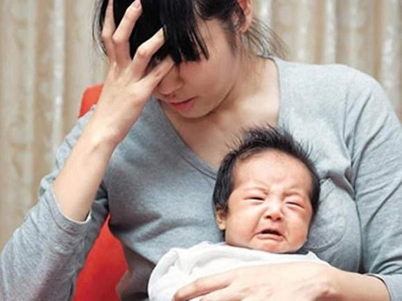 Ở cữ chăm con, vợ thiếu tiền tiêu, chồng phũ phàng phán: 'Tự đi làm kiếm tiền hoặc về xin ba mẹ'