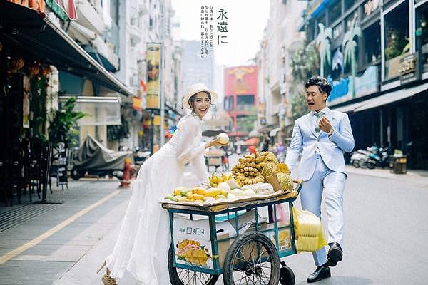 """Trả viện phí cho tiểu thư Sài Gòn học RMIT, anh chàng bán hoa quả bất ngờ được """"trả nợ"""" cả đời"""