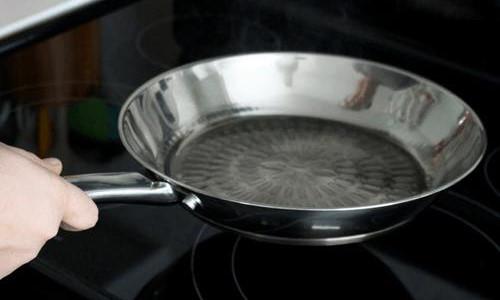 Đầu bếp nổi tiếng tiết lộ mẹo biến chảo sắt thành chống dính cực hay
