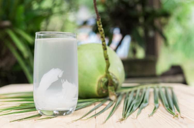 Một mũi tên trúng 8 đích khi bạn uống nước dừa liên tục trong một tuần