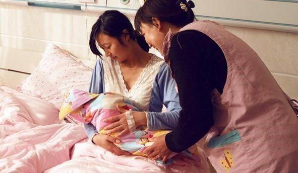 Dâu đẻ thì mẹ chồng bảo tiền đình không chăm được, lúc con gái sinh bà vào viện phục vụ cả tuần