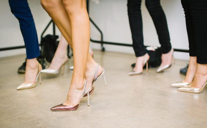 """3 Kiểu giày đừng nên diện đi làm nếu không muốn là """"lệch pha"""" trước đám đông"""