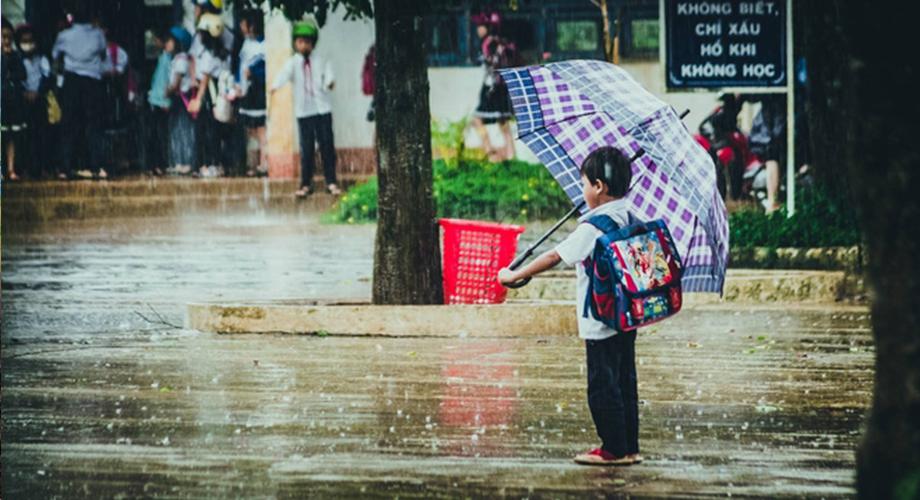 3 người đi khỏi nhà: 1 người mang dù, 1 người cầm gậy chống, 1 người đi tay không, hỏi ai là người bị ướt?
