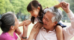 """Nghiên cứu mới: Giữ cháu là môn """"thể dục"""" giúp ông bà kéo dài tuổi thọ, đầu óc minh mẫn"""