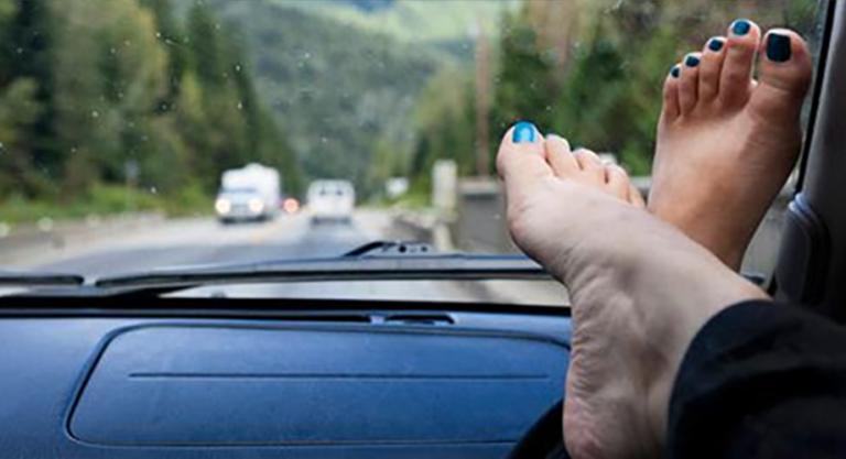 Bài học trả giá quá đắt: Ngồi cạnh tài xế, đừng bao giờ gác chân lên táp-lô nhé