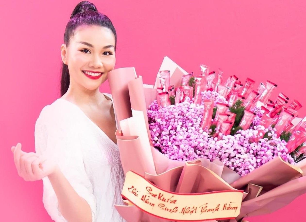 Thanh Hằng xúc động trước bó hoa dưỡng nhan của Sakura nhân dịp sinh nhật