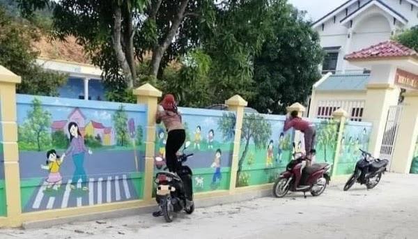 Đưa con đi học, mấy bà má trèo lên xe máy, rình mò ngoài bờ tường dòm con chưa chịu về