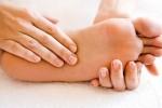 Tự chế kem trị nứt gót chân