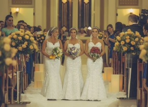 Chị em sinh ba cưới cùng lúc khiến các chú rể bối rối