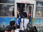 Sự thật về cô gái bị người lạ khống chế trên xe bus