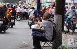 Ông lão mù 20 năm bán bánh lề đường kiếm tiền chữa bệnh cho vợ