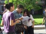 Thí sinh đội nắng nóng đi tập trung cho kỳ thi THPT Quốc gia 2015